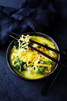Kurkumalla maustettu keitto on kevyt mutta täyttävä iltaruoka, ja myös mitä parhainta flunssalohdutusta.
