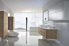 salle de bain blanche et ultra mdoerne aménagée avec des meubles en bois/blanc, déco murale blanche en relief