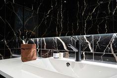 Mittatilauskalusteilla pienestä wc-tilasta saadaan koko seinäleveys hyötykäyttöön. | Unique Home Turku Hana, Unique