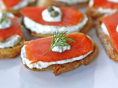 Smoked Salmon Crostini - Appetizer with a light Greek yogurt cream cheese spread, fresh dill, and capers. Kosher, Dairy, Holiday via serve on cucumber for a gluten free/low carb option Smoked Salmon Appetizer, Smoked Salmon Recipes, Mezze, Easy Appetizer Recipes, Appetisers, Clean Eating Snacks, Finger Foods, Brunch, Cooking Recipes