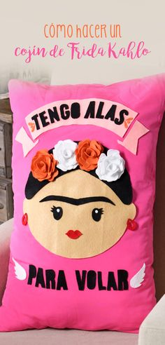 Si eres de las personas que les gusta Frida Kahlo esta idea te encantará, es ideal para decorar tu cuarto, te sorprenderá lo rápido que es hacerlo. ¡Corre a comprar los materiales! Cute Crafts, Crafts To Make, Kids Crafts, Sewing Crafts, Sewing Projects, Diy Projects, Diy Pillows, Diy Fashion, Diy Gifts