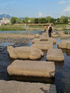 京都の鴨川。「おみやさん」によく出てくるね。 / In Kamo river puts stones(shape a variety) here and there. / Kyoto,Japan