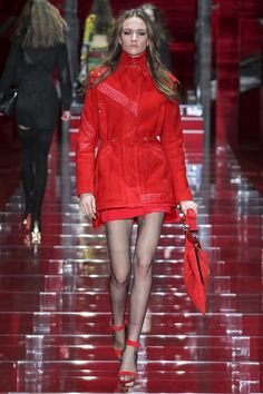 Versace Herfst/Winter - Shows - Fashion Versace Fashion, Red Fashion, Runway Fashion, High Fashion, Fashion Show, Fashion Outfits, Milan Fashion, Fashion 2015, Luxury Fashion