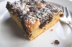 Streuselkuchen mit versunkenden Schokoladenstreusel mit Puderzucker