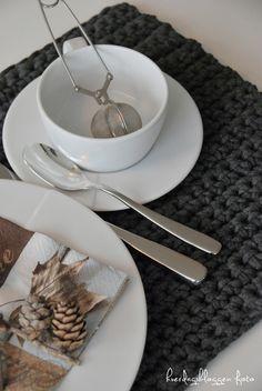 Hæklet spisebrikke Crochet Carpet, Crochet Home, Easy Crochet, Knit Crochet, Flat Ideas, Fabric Yarn, Patterned Carpet, T Shirt Yarn, Diy Table