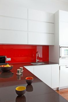 Muebles red & white modern kitchen in Notting Hill townhouse, photo: James Balston Acne - Enjoy Fres Real Kitchen, Kitchen Decor, Decorating Kitchen, Awesome Kitchen, Glass Kitchen, Kitchen Cabinet Makers, Kitchen Cabinets, Decoration Chic, Freestanding Kitchen