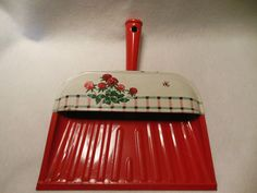 RED & WHITE METAL DUST PAN RED FLOWERS & BEE DECORATIONS 1950'S
