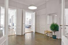 Gotländsk kalksten i möblerbara innerhallen  Älskar krukan från Svenskt tenn <3