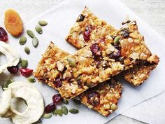 Healthy homemade muesli bar slice recipe is part of Homemade muesli bars - My kids love store bought muesli bars, but it has to be said, they're an expensive lunch box addition when you have three kids at school five days a week Museli Bar Recipe, Healthy Muesli Bar Recipe, Homemade Muesli Bars, Muesli Recipe, Vegan Snacks, Snack Recipes, Vegan Recipes, Oatmeal Blueberry Muffins Healthy, Muesli Cookies
