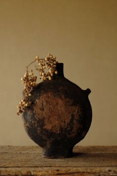 中国の古い扁壺(へんこ)。昔の水筒です。紙を漆で固めた一閑張。防水用に漆が使われたのだと思います。