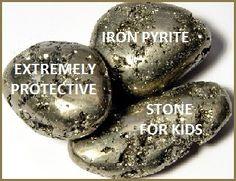 Für Kinder Eisen-Pyrit - ist ein äußerst schützenden Stein.Kinder werden zu seiner glänzenden brassy Oberflächen angezogen. Pyrit ist wie ein kleiner Spiegel, der negative Energie entfernt. Es wird gesagt ,um Müdigkeit zu verringern und ist ein guter Stein für Studenten ,weil sie dachte,in den Speicher ,Rückruf zu verbessern und die Verbreitung von Ideen . Dies ist ein ausgezeichneter Stein platziert, wo das Kind macht Hausaufgaben.Es kann auch ein Taschensteinfür den Schutz und das Bett…
