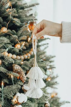 Give your tree a Bohemian touch by adding natural fibres and string decorations. This type of decorations are easy to DIY yourself.