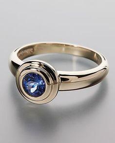Klassisch-eleganter Goldring mit Tansanit aus der Linie Sogni d'oro Facettenreich  Dieser zauberhafte Ring aus 375er Gelbgold lässt wirklich keine Wünsche offen. Der blau-violette Tansanit in AAA-Qualität wurde facettiert und funkelt einfach spektakulär.  In der schlichten Zargenfassung kommt der unwiderstehliche Glanz besonders gut zur Geltung.  Freuen Sie sich auf einen ganz besonderen Ring und auf ein Edelsteingewicht von ca. 0,45 ct.  #schmuck #sognidoro #sogni #doro #ring #tanzanite