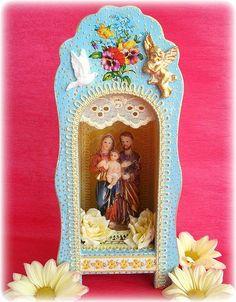https://flic.kr/p/5XVHG5 | Sagrada Família | Sagrada Família de Nazaré Ensina-nos o recolhimento, a interioridade,  Dá-nos a disposição de escutar as boas inspirações E as palavras dos verdadeiros mestres.  Ensina-nos a necessidade do trabalho, Da preparação, do estudo, da vida pessoal interior, Da oração, que Deus vê em segredo. Ensina-nos o que é a Família, Sua comunhão de amor, sua beleza simples e austera, Seu caráter sagrado e inviolável. Amém!  Feliz fim de semana! Amor, Paz e Luz…