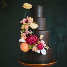 There's something dark and mysterious taking over the wedding world....yes lovelies, believe your pretty peepers because chic and unique black wedding cakes are rising up across the wedding scene. Image: Lime Green Photography via @greenweddingshoes