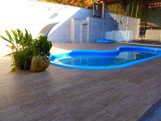 Porcelanatos com acabamento imitando madeira. Que podem ser usados em piscinas.