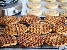 Kanelboller stekt i vaffeljern | Godt.no Norwegian Food, Stop Eating, Love Is Sweet, Cake Recipes, Yummy Recipes, Nom Nom, Sweet Tooth, Yummy Food, Favorite Recipes
