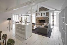 La luminosità è esaltata dal bianco, scelto per il pavimento, le travi in legno e per gran parte degli arredi del living