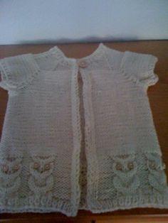 Denne søde og meget anvendelige vest med uglemønster er strikket i uldgarn, hvor der går ca. 200 gr. til, og på pind nr.5. En vest er ofte meget mere anvendelig, end en trøje, fordi barnet ikke får det for varmt, og så kan man variere med forskellige T-shirts.