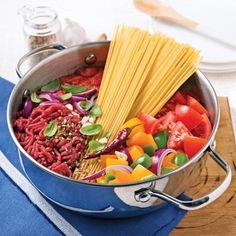 On plonge tous les ingrédients dans une seule casserole et hop!, on obtient un succulent spaghetti au boeuf rapido!