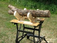 With two simple wooden crosspieces, a Workmate becomes a solid and stable sawbuck.