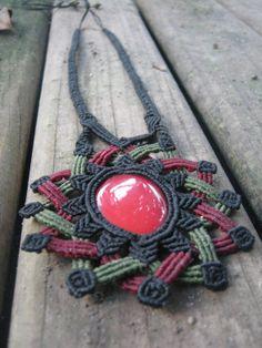 Impresionante collar de mandala macrame negro verde y rojo con piedras preciosas orgánicas coral rojo