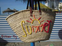 Capazos personalizados. Qué escribirías? Thrift Store Refashion, Diy Sac, Diy Tote Bag, Straw Tote, Creation Couture, Basket Bag, Summer Bags, Diy Pillows, Casual Bags