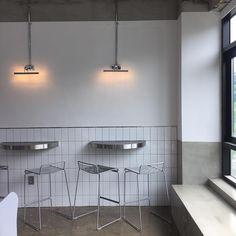 Coffee Shop Design, Cafe Design, Store Design, Space Interiors, Shop Interiors, Cafe Interior, Interior Design, White Cafe, Cafe Seating