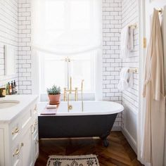 Ali Caynes New York bathroom #bathroom #bathroominspo #bathroomvanity #bathroomtiles #marble #timberfloors #homewares #shower #whiteinteriors #furnitureinspo #furniture #interiors #interiordesign