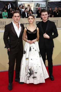 Dacre Montgomery Photos - (L-R) Actors Dacre Montgomery, Natalia Dyer and Joe Keery attend the Annual Screen Actors Guild Awards at The Shrine Auditorium on January 2018 in Los Angeles, California. Stranger Things Actors, Stranger Things Season 3, Stranger Things Netflix, Baby Crush, Joe Kerry, Dacre Montgomery, Actrices Hollywood, Film Serie, Millie Bobby Brown