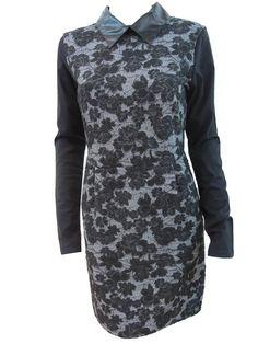 Vestido de manga larga. Estampado de flores en relieve. Mangas de color negro haciendo contraste. Cuello de camisa en polipiel negra. Largo por encima de la rodilla.