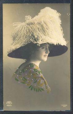QD027-FEMME-MODE-CHAPEAU-a-PLUMES-FASHION-LADY-FEATHER-HAT-PHOTO-DART-KIESEL