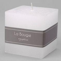 Bougie blanche carrée Amadeus Bougie décorative pour une ambiance douce et chaleureuse. En décoration ou sur votre table de fête. Durée: 36h00 Dimensions: 8 x 8 x 8 cm Paraffine en vente sur la