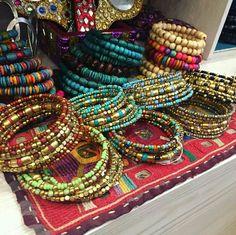 Bracelet spirale en perles colorées à retrouver sur www.bijouxindiens.net