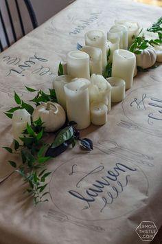 Tischdeko mit Kraftpapier und aufgemalten Platzdeckchen.