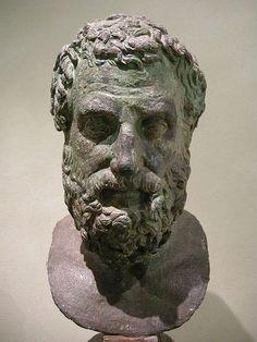 """Esquilo fue un dramaturgo griego. Es considerado el representante de la tragedia griega. Nació en Eleusis, Ática. Pertenecía a una noble. Sus principales obras fueron Los persas, Los siete contra Tebas, Las suplicantes, Orestíada que comprende: Agamenón, Las coéforas, Las euménides  Dos de sus citas más célebres son """"Hombre no afortunado aquel que de nadie es envidiado."""" y """"La verdad es la primera víctima de la guerra."""""""