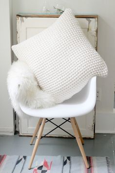 DIY Chunky Knit Pillow (No Knitting Required!)  http://blog.boatpeopleboutique.com/diy-chunky-knit-pillow-no-knitting-required