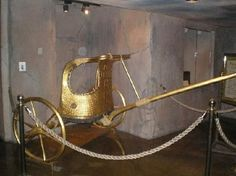 Tutankhamon 's golden chariot- found in one of the chamber of his tomb by Howard Carter 1922 ! Old Egypt, Ancient Egypt, Ancient History, Egyptian Pharaohs, Egyptian Art, Egyptian Tattoo, Egyptian Mythology, Egyptian Goddess, Egyptian Symbols