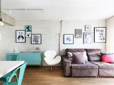 A sala pequena deste apê de 85 m² ganhou um clima urbano graças ao revestimento de tijolinho nas paredes