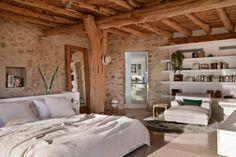 Chambre à coucher à l'inspiration rustique de cette belle maison méditerranéenne