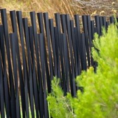 Clôtures : Clôtures espaces verts - Bambu METALCO Pinned to Garden Design - Walls, Fences & Screens by Darin Bradbury. use smaller to highlight plants instead of fence in the yard. Brick Fence, Concrete Fence, Front Yard Fence, Bamboo Fence, Metal Fence, Stone Fence, Corrugated Metal, Fence Stain, Architecture Courtyard