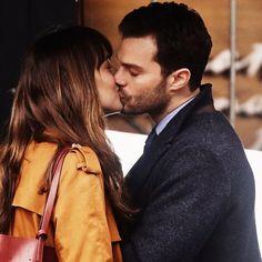 Fifty Shades Darker Movie: Jamie Dornan And Dakota Johnson Kissing Scene Leaked? - http://www.morningledger.com/fifty-shades-darker-movie-jamie-dornan-dakota-johnson-kissing-scene-leaked/1359659/