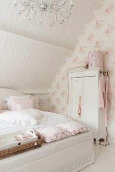 chambre a coucher sous pente avec meubles gustaviens et deco shabby