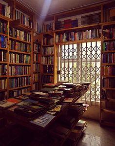 Uma biblioteca atulhada de livros.  Fotografia: Proteamundi em Indulgy.
