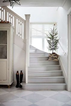 Simple, yet beautiful Christmas decorati. - Christmas tree on the stairs and other simple, yet beautiful Christmas decorating ideas. Minimalist Christmas, Simple Christmas, Beautiful Christmas, White Christmas, Natural Christmas, Christmas Hallway, Christmas Trees, Magical Christmas, Scandi Christmas
