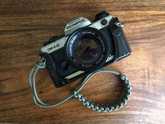 How to Make Your Own Camera Strap Lomography Nikon Camera Tips, Camera Hacks, Camera Case, Camera Gear, Best Camera Strap, Camera Wrist Strap, Camera Accessories, Handmade Accessories, Paracord Camera Strap
