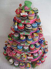 cupcakes Oh Yum! Alice in wonderland cupcakes Alice In Wonderland Cupcakes, Alice In Wonderland Birthday, Wonderland Party, Disney Cupcakes, Yummy Cupcakes, Cupcake Cookies, Fancy Cupcakes, Mini Tortillas, Beautiful Cakes