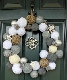 Styrofoam balls and yarn wreath Cute idea for a Christmas/winter wreath! Noel Christmas, Winter Christmas, Christmas Yarn, Christmas Countdown, Christmas Porch, Christmas Ornaments, Christmas Wedding, Christmas Ideas, Christmas Knitting
