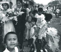 Fotografía-Negro y Blanco-Benita Keller: La novia, el novio y los niños, de la calle inHanoi, Vietnam, 1990