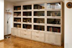 Книжный шкаф со стеклянными дверцами (57 фото): узкий шкаф для книг с дверями со стеклом, из массива сосны и дуба, низкая и неглубокая витрина